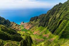 峭壁和绿色山谷,考艾岛空中风景视图  免版税库存照片