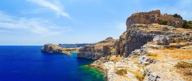 从峭壁在公海和海湾的顶端看法与岩石 免版税图库摄影