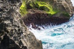 峭壁在努沙Penida,巴厘岛,印度尼西亚 免版税库存照片