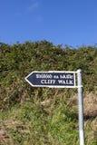峭壁在峭壁旁边的步行标志 免版税库存照片