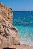 峭壁在绿松石海,意大利附近的撒丁岛海岛 库存照片