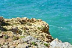 峭壁在Benagil,葡萄牙阿尔加威的村庄 库存图片