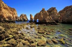 峭壁在Ponta在拉各斯,阿尔加威,葡萄牙附近的da Piedade 免版税库存照片