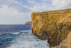 峭壁天蓝色的窗口崩溃了点燃由日落光在海岛戈佐岛的地方海岸  免版税库存图片