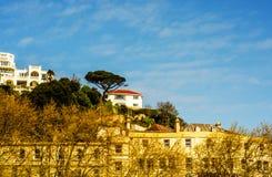 峭壁小山的议院,在绿色植物中的一个岩石, interes 免版税库存图片