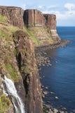 峭壁小岛苏格兰男用短裙岩石苏格兰sk 库存照片