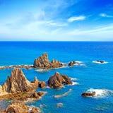 峭壁岩石和海洋安大路西亚横向。 Parque Cabo de加塔角,阿尔梅里雅。 图库摄影
