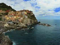 峭壁岩石和海的Manarola村庄 免版税库存图片