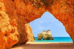 峭壁岩石的曲拱在Alvor海滩的 免版税图库摄影