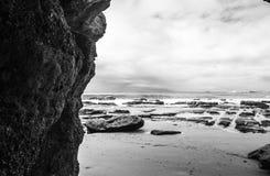 峭壁旁边海滩 免版税库存图片