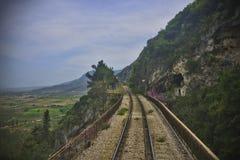峭壁旁边铁路 免版税库存图片