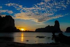 峭壁日落剪影在海路轨ey海湾的在泰国 库存照片