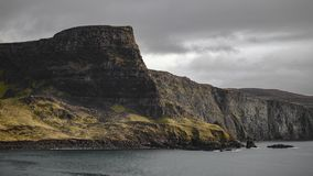 峭壁海岸在一阴暗天 免版税库存图片