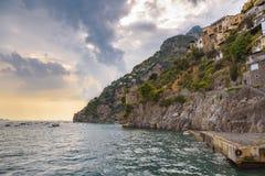峭壁海岸在日落的波西塔诺镇 库存图片