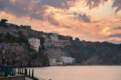 峭壁海岸在日落的索伦托镇 免版税库存图片