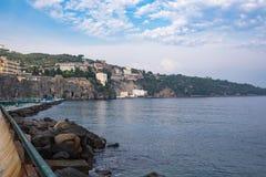 峭壁海岸在索伦托镇 库存照片