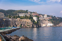 峭壁海岸在索伦托镇 免版税图库摄影