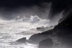 峭壁海浪 免版税库存图片