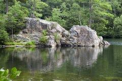峭壁湖岩石 库存照片