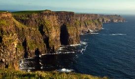 峭壁爱尔兰西方moher的sunet 免版税图库摄影