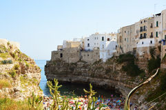 峭壁的一个母马村庄晃动和地中海的Polignano 伸出的大厦在海的普利亚镇 意大利海景 库存图片