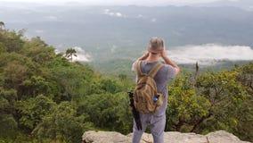 峭壁的人拍摄谷和密林的 库存图片