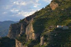 峭壁的偏僻的房子 免版税库存图片