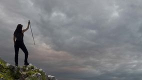 峭壁的妇女远足者 股票录像