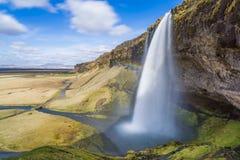从峭壁的巨大的瀑布在冰岛 图库摄影