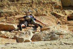 峭壁的攀岩运动员 图库摄影