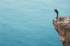 峭壁的旅客摄影师在海上旅行生活方式概念冒险上 库存图片