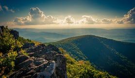从峭壁的晚上视图在Hawksbill山顶,在Shenandoah Nati 免版税图库摄影