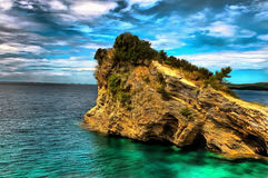 峭壁的油画在鲜绿色海 库存图片