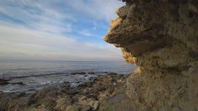 峭壁的沿海的美妙的看法 影视素材
