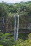 从峭壁的瀑布在热带森林里 免版税库存图片