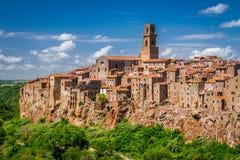 峭壁的皮蒂利亚诺市,意大利 免版税库存图片