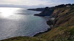 从峭壁的看法向有光束的海 免版税库存照片