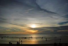 峭壁的看法在一个海滩附近的在巴厘岛,印度尼西亚 免版税库存照片