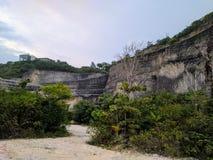峭壁的看法在一个海滩附近的在巴厘岛,印度尼西亚 库存图片