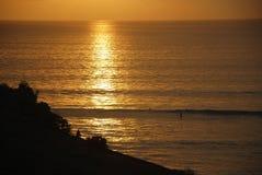 峭壁的看法在一个海滩附近的在巴厘岛,印度尼西亚 免版税库存图片
