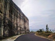 峭壁的看法在一个海滩附近的在巴厘岛,印度尼西亚 图库摄影