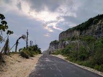 峭壁的看法在一个海滩附近的在巴厘岛,印度尼西亚 库存照片