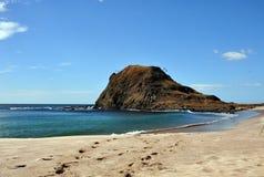 峭壁的看法在桑迪海岸线结束时 免版税图库摄影
