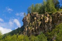 峭壁的看法在河上的 免版税库存照片