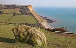 峭壁的看法在Salcombe Regis海滩的从在Salcombe小山峭壁的西南区沿海道路在西德茅斯,东德文区上 库存图片