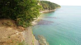 峭壁的美好的风景在黑海旁边的用天蓝色的水自在阳光下的白天 Tuapse,俄罗斯 免版税库存图片