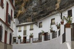 峭壁的背景都市风景令人惊讶的白色房子在塞特尼尔德拉斯沃德加斯村庄在安大路西亚 免版税库存图片