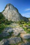 峭壁的被雕刻的菩萨在芭达亚 免版税库存图片