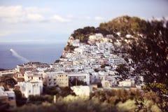 峭壁的许多白色房子 免版税库存图片