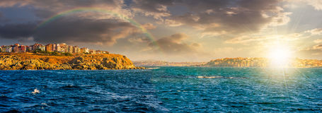 峭壁的镇在日落的海滨上 免版税图库摄影